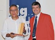 Josef Kolb nimmt in Flums den Preis aus den Händen von Lignum- Vizepräsident Sepp Fust entgegen. (Bild: Von Meinrad Gschwend)