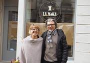 Bigi Amstutz und ihr Partner Francesco Diomaiuta vor ihrem zukünftigen Café, das gerade noch renoviert wird. (Bild: Chris Gilb)