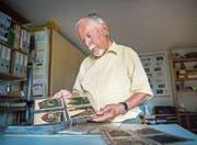 Ueli Ernst mit der Serie seiner Lieblingsansichtskarten, die mit der Technik der Lithografie angefertigt wurden. (Bild: Andrea Stalder)
