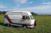 Früher ein Päcklibus, heute ein Wohnmobil: Hampi Leugger lädt die Besitzer von alten Volkswagen zum Treffen mit bester Aussicht. (Bild: Urs Brüschweiler)