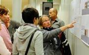 Teilnehmerinnen diskutieren die Ausbaupläne. Im Hintergrund steht Architekt Peter Keller. (Bild: Rudolf Steiner)