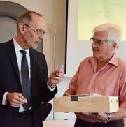 Verwaltungsratspräsident Armin Eugster (links) überreicht dem ausscheidenden Werner Oertle als erstem Wipa-Kunden einen neu eingeführten Badge. (Bild: Philipp Haag)