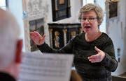 Seit zwanzig Jahren dirigiert Claudia Eberle den Kirchenchor auf der Empore der Steinacher Jakobuskirche. (Bild: Fritz Heinze)