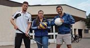 Milo Ullmann, Nicole Wellauer und Cyrill Rüegger stehen vor der Sporthalle Tellenfeld. (Bild: PD)