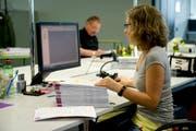 Eine Frau kontrolliert im St.Galler Steueramt die eingereichten Steuererklärungen. (Symbolbild) (Bild: Ralph Ribi)