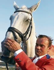 Willi Melliger und sein Schimmel Calvaro nach dem Gewinn der Silbermedaille an den Olympischen Spielen 2000 in Sydney. (Bild: KEY)