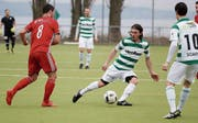 Der Kreuzlinger Lucian Dodes (grün-weiss) schnappt sich den Ball. (Bild: Mario Gaccioli)