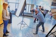 Ein Fotograf lichtet ein Model ab und wird dabei selber fotografiert. (Bild: Rudolf Steiner)