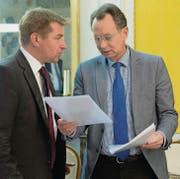 Während Philipp Müllers (r.) FDP Alternativen zur Schutzklausel sucht, droht Toni Brunners (l.) SVP mit der nächsten Initiative. (Bild: ky/Peter Schneider)