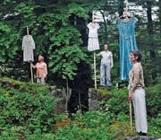 Performance mit alter Kleidung bei der Ruine Rüdberg. (Bild: Michael Hug)