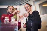 Anita Safradin und Michael Looser in ihrem Romanshorner Geschäft Hemp Basement, wo sie seit Anfang Jahr legale Cannabis Blüten (CBD Hanf) und andere Bio Hanfprodukte verkaufen. (Bild: Andrea Stalder)