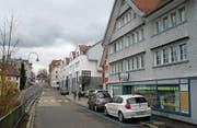 Geschrumpftes Angebot: Als letztes Walzenhauser Ladengeschäft zwischen Gemeindehaus und Kirchplatz wurde kürzlich die Dorfmolki (rechts) geschlossen. (Bild: PE)