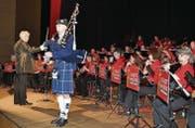 Begleitet von der Stadtmusik entführte Matthias Thür am Dudelsack die Zuhörenden in die schottischen Highlands. (Bild: Romana Riedener)
