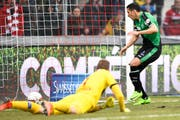 Yannis Tafer erzielt im März 2017 das Tor zum 0:2 gegen Torhüter Anton Mitryushkin (Sion) (Bild: Urs Lindt/freshfocus)