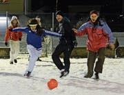 Die Teilnehmer, teils verkleidet, hatten viel Spass beim Snow-Soccer-Turnier.