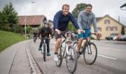 Auf die Familie und Freunde haben sie sich am meisten gefreut. Die letzten paar Kilometer vor dem heimischen Waldkirch wurden Andy und Rolf Sager (rechts) von einer Delegation von ihnen mit den Velos eskortiert. (Bild: Benjamin Manser)