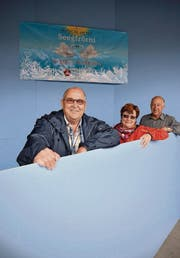 Bauchef Hansueli Weibel lehnt mit den Kulissenbauern Heidi Weibel und Armin Stäheli an ein Element. (Bild: Reto Martin)
