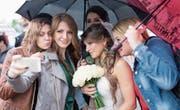 Junge Erwachsene wollen heiraten und Kinder, aber sicher mit Selfies. (Bild: Sergei Bobylev/Getty)