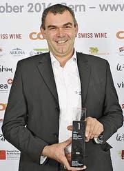 Max Zahnd mit der Auszeichnung für seinen Wein. (Bild: PD)