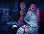 Bob und Helena geraten auf ihrer nächtlichen Tour in einen Sadomaso-Club und bleiben stundenlang gefesselt. (Bild: Ilja Mess)