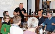 Werner Fuchs (stehend) vom Verein «malz&malt» erläutert die erste Probe, einen Glenfiddich aus Schottland. (Bild: Dieter Ritter)