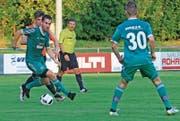 Spielertrainer Raphael Weiss (am Ball) visiert mit seinem Team die Top 3 der 4. Liga Gruppe 3 an. (Bild: Robert Kucera)