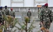 Brigadier Heinz Niederberger steht vor seinen Auszubildenden vor dem Regierungsgebäude in Herisau. (Bild: Simon Roth)