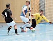 Weinfeldens Angreifer Sven Düring (blau) scheitert an Jasko Mesinovic, dem Torhüter von Futsal Club Internazionale aus Steckborn. (Bild: PF)
