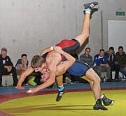 Flavio Freuler (in Blau) will auch in Brunnen seinen Gegner über die Schulter werfen. (Bild: PD)