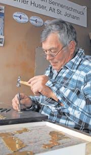Werner Huser beim Ziselieren in seiner Werkstatt im Boden-Berg, Alt St. Johann. (Bild: Christiana Sutter)