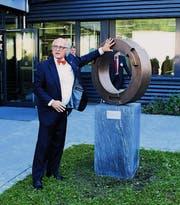 Klaus Endress enthüllt die Skulptur «Loyality & Responsibility».