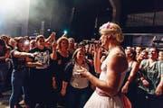 Maxim von K. I. Z. als adrette Blondine auf Tournee. (Bild: Facebook)