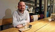 In seinem Dorf fühlt er sich wohl: Pascal Bollhalder kehrt mit Vereinskollegen gerne im Café Füger ein. (Bild: Jolanda Riedener)