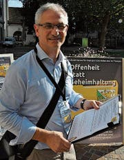 Initiant Ueli Fisch sammelt Unterschriften in Frauenfeld. (Bild: seb.)