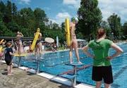 Wettschwimmen mit der Rettungsgurte: Was hier Spass bereitet, kann im Ernstfall Leben retten. (Bild: Karin Erni)