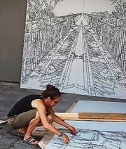 Anita Kuratle beim Einrichten der Gemeinschaftsausstellung. (Bild: pd)