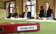 Finanzchef Erwin Wagner, Gemeindepräsident Max Vögeli und Gemeindeschreiber Reto Marty präsentieren das Budget 2018. (Bild: Mario Testa)