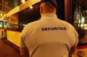 Der verurteilte Securitas-Mitarbeiter soll einem Fahrgast in einem Postauto die Faust ins Gesicht geschlagen haben. (Symbolbild)