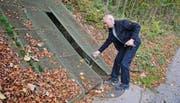 Urs Ehrbar, Vizepräsident des Vereins Festungsgürtel Kreuzlingen, öffnet den Bunker an der Schnellerstrasse oberhalb von Weinfelden. (Bild: Nana do Carmo / TZ)