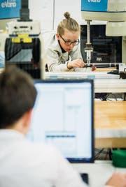 Die Schüler programmieren die Roboter am Computer. (Bilder: Reto Martin)