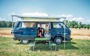 Hampi Leugger und Andrea und Kai Wattinger üben im Camping-Büssli fürs Treffen. (Bild: Thi My Lien Nguyen)