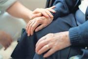 Viele Alters- und Pflegeheime sehen sich im Umgang mit der Sterbehilfe im Dilemma. (Bild: ky/Gaetan Bally)