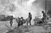 Ausschreitungen am Muttertag 1988: Die Polizei versucht die gegen die St. Michaelsvereinigung randalierende Menge in Schach zu halten.