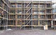 Nur an der Westfassade (auf dem Bild zu sehen) sind die Fenster bereits fertig eingebaut, an den anderen Fassaden fehlen sie zum grössten Teil noch. (Bild: Thomas Schwizer)