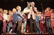 Zum Abschluss singen Kliby und Caroline gemeinsam mit den Kindern auf der Bühne «Schön isch äs gsi». (Bild: Christine Luley)