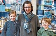 Besuchen Papa bei der Arbeit: Florence und Raphael mit ihrer Mutter Barbara Gossweiler Kottonau. (Bilder: Andreas Taverner)