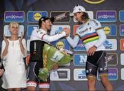 Fabian Cancellara gratuliert am Zielort Oudenaarde Weltmeister Peter Sagan (rechts), der mit der Flandern-Rundfahrt erstmals ein Radsport-Monument gewinnt. (Bild: Panoramic/Nico Vereecken)