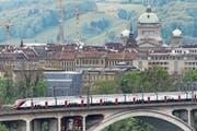 Ein Fernverkehrszug der SBB verlässt den Berner Bahnhof, im Hintergrund das Bundeshaus. (Bild: Alessandro della Valle/Keystone (11. Mai 2017))