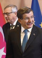 Stand gestern im Mittelpunkt: Der türkische Regierungschef Davutoglu mit EU-Kommissionspräsident Juncker. (Bild: ap/Emmanuel Dunand)