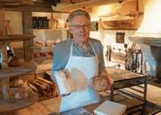 Aus reinem Dinkel stellt Christian Meier verschiedene Brote her. (Bild: MBR)